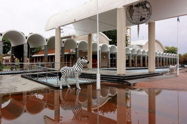 [Gaborone]Parlament, zebry má Botswana ve státním znaku