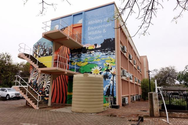 [Gaborone]Ministerstvo životního prostředí - architektura paneláku - omalovánky to vylepšily