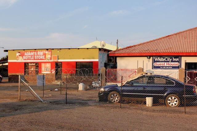 [Gaborone]Vpravo White City Inn, kde jsem bydlel