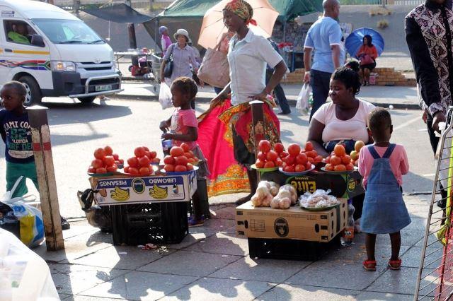 [Rustenburg]Mámy se snaží něco prodat, děti skotačí okolo, pořád lepší než jesle