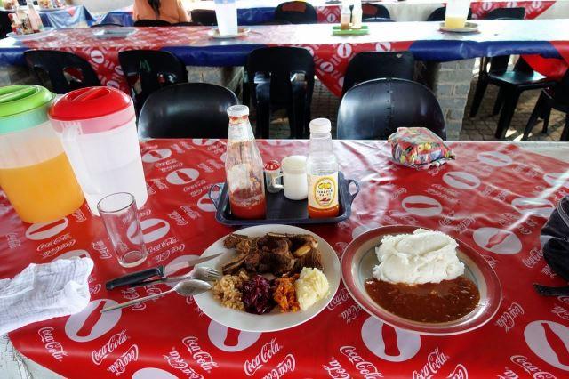 [Rustenburg]Můj gigantický steak, pap and salad za 40 randů - vlevo steak se salátem, vpravo kaše (pap) s hustou omáčkou, voda a juice zdarma