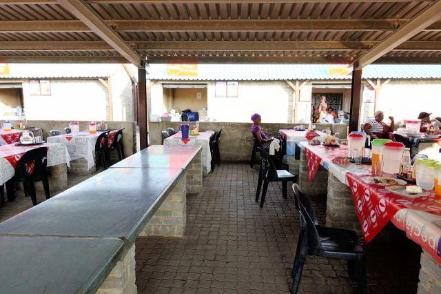 [Rustenburg]Kuchařky si pronajímají jednotlivé stoly, vaří v kukaních v pozadí