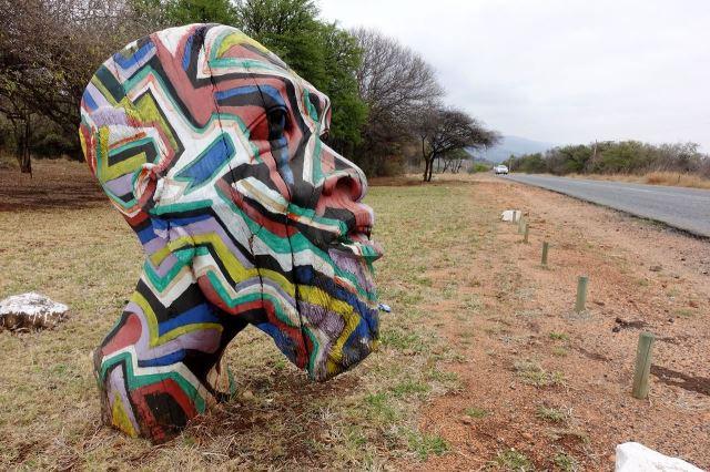 [10 km V od Zandelfontain]Umělecký artefakt slouží jako poutač před galerií řemeslných výrobků a obrazů