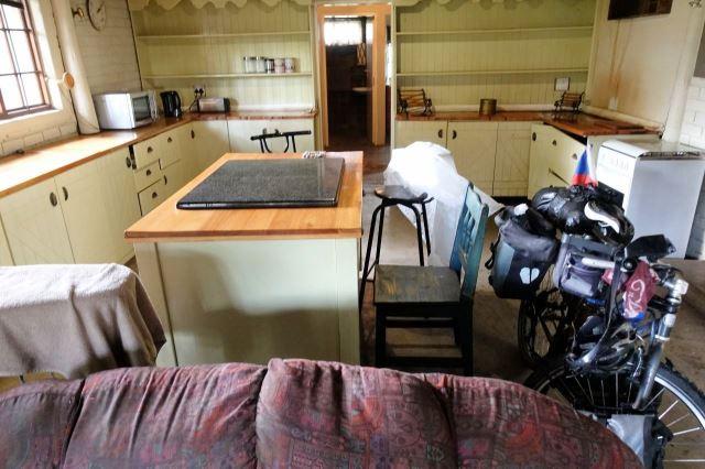 [Balmoral]Kuchyně mého 'apartmá', kde mne nechali přenocovat