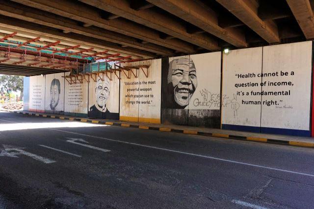 [Emalahleni]Podjezd po dálnicí vyzdobený portréty a citáty politiků - Mandela vpravo