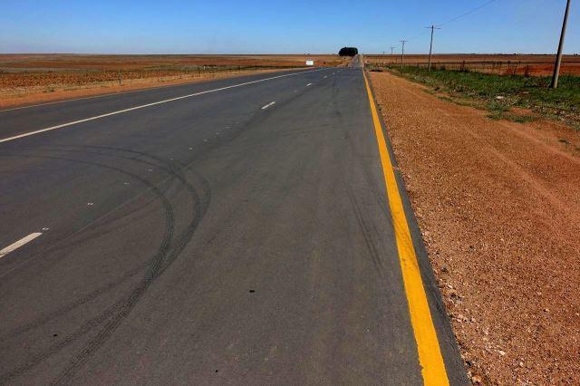 [12 km V od Middleburg]Po dalších 10 km byla silnice R104 v takhle skvělém stavu, pak se to zase zkazilo