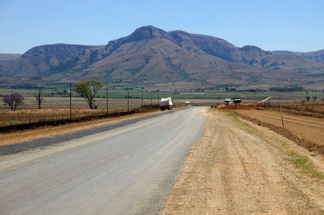 [Poblíž Kwena Dam]Rozbitá silnice R36 směřovala k horám