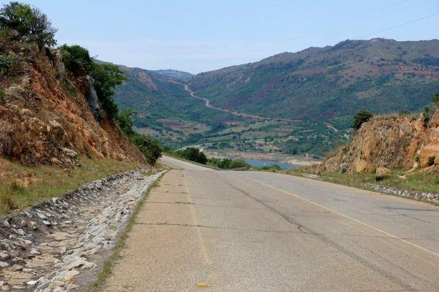 [S od Maguga Dam]V pozadí je vidět strmě stoupající silnice (na 10 km výstup 900 m)