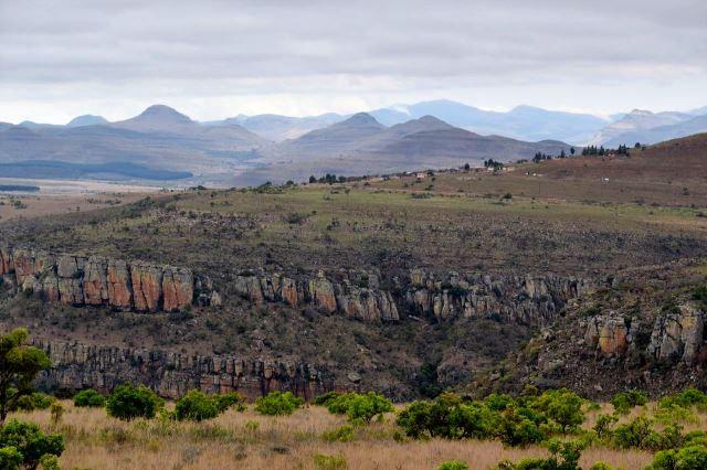 [R532 poblíž vyhlídky Lowveld ]Skály kaňonu, v pozadí působivé kužely hor