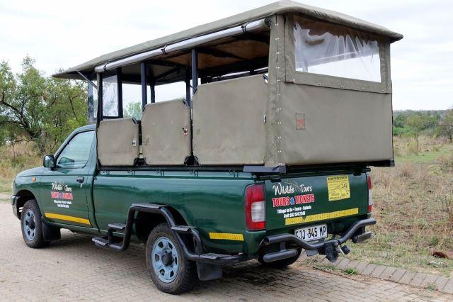 [Kruger National Park]Naše vozidlo značky Nissan zezadu
