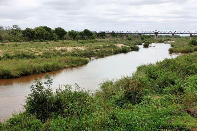 [Kruger National Park]Resort Skukuza - v pozadí most železnice do Mosambiku, nyní se už nepoužívá