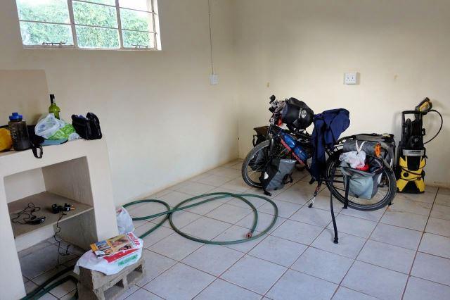 [Mkuze]Náhradní bydlení v rozestavěném domku, který momentálně slouží jako sklad nářadí