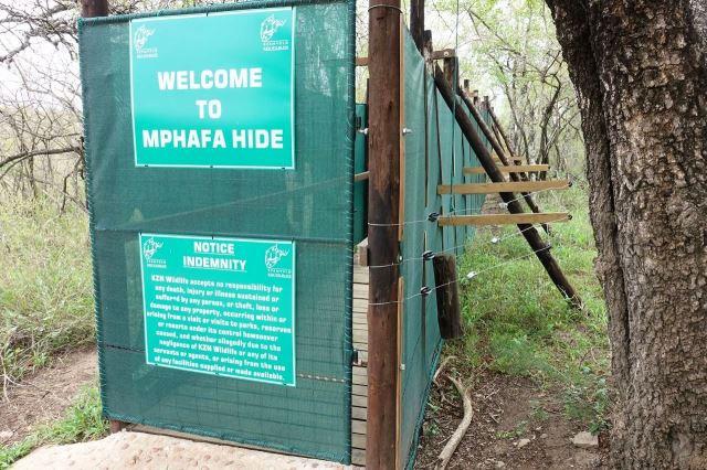 [Hluhluwe-Imfolozi Park]Úkryt pro pozorování zvířat je oplocen elektickým plotem, aby ho nerozdupali sloni
