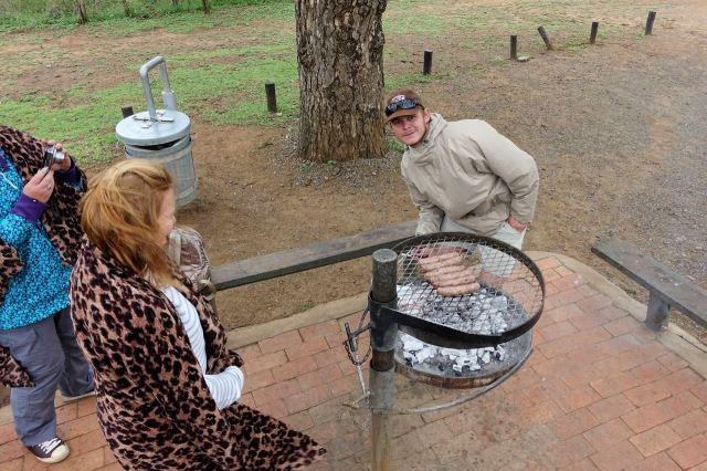 [Hluhluwe-Imfolozi Park]Náš průvodce připravuje oběd