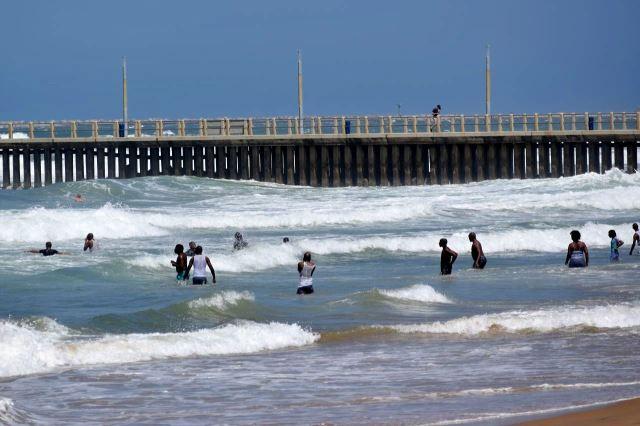 [Durban]Koupání na North Beach, na plavání to není, ale skákání ve vlnách je zábavné