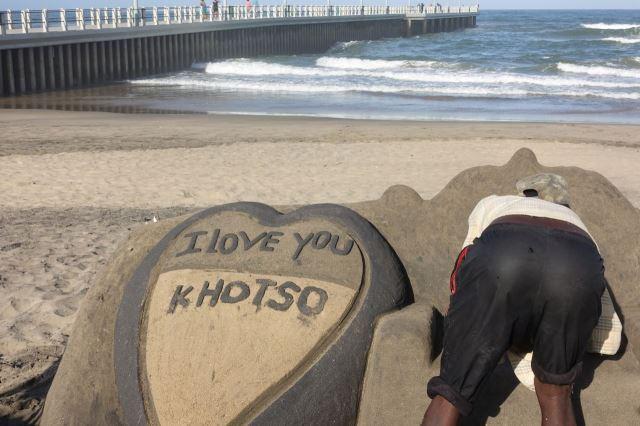 [Durban]Několik lidí se živí vytvářením písečných struktur - buď na přání a nebo univerzálních, s nimiž se můžete za poplatek vyfotit