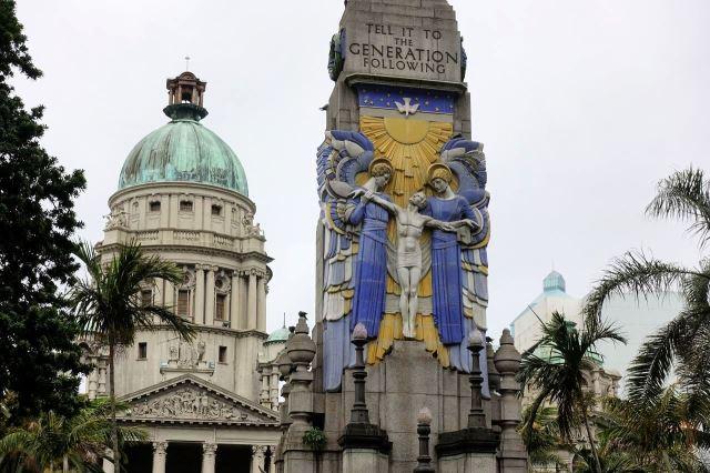 [Durban]Pomník s radniční kupolí v pozadí