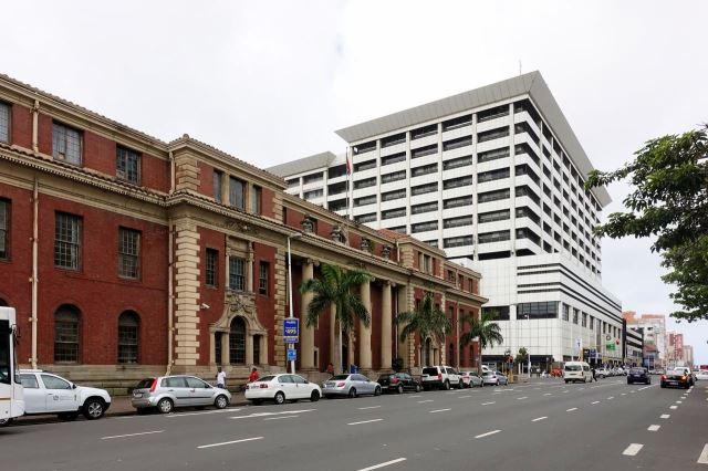 [Durban]Koloniální budova kontrastuje s novou architekturou