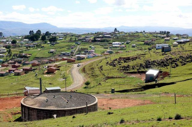[Mount Frere]Zde už pochopili, že hlavním surovinovým problémem bude pitná voda a snaží se uchovávat její zásobu