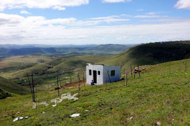 [10 km Z od Mount Frere]Prosté obydlí s milionovým výhledem