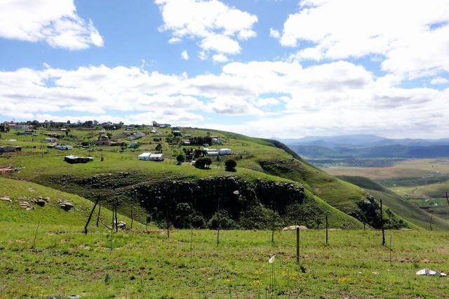 [12 km Z od Mount Frere]Kopcovitá krajina