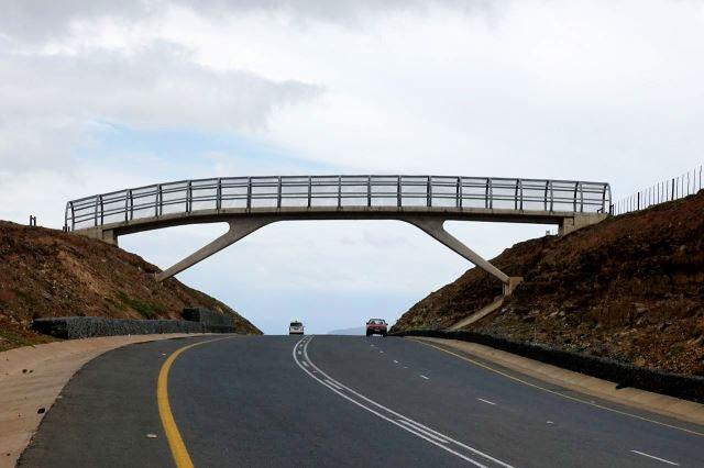[Qunu]V obci, kde strávil Mandela dětství, postavili tento přechod přes highway N2 - velmi unikátní řešení pro malou vesničku