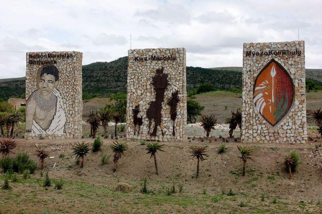 [Odbočka na Munyu]Kamenné poutače upozorňují na odbočku k Mandelovu rodišti