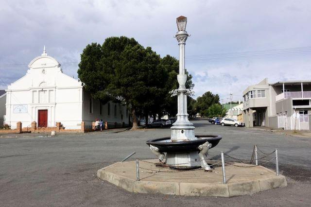 [Cradock]Kašna z roku 1982 a kostel v pozadí