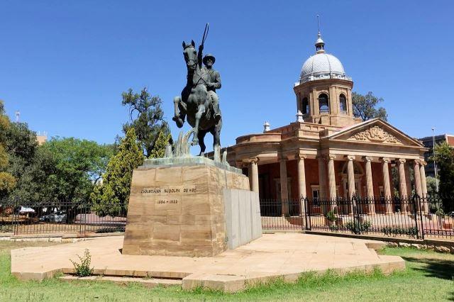 [Bloemfontein] Socha De Weta před 4th Raadsaal