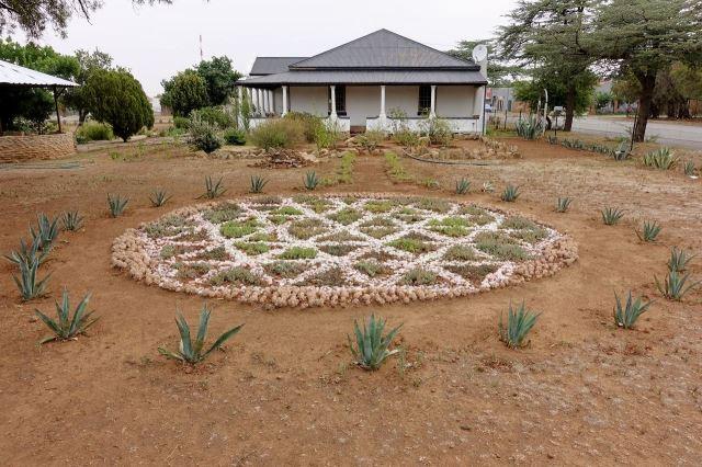 [Ventersburg] Další zahradní dílo před domem, kde jsem přenocoval