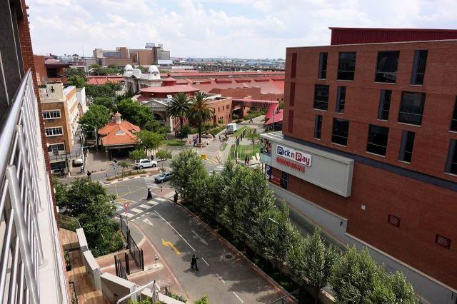 [Johannesburg] Výhled z mého pokoje na nákupní středisko (vpravo)