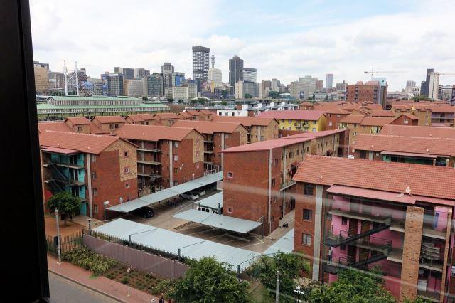 [Johannesburg] Výhled z hotelové chodby - v pozadí Braamfontein