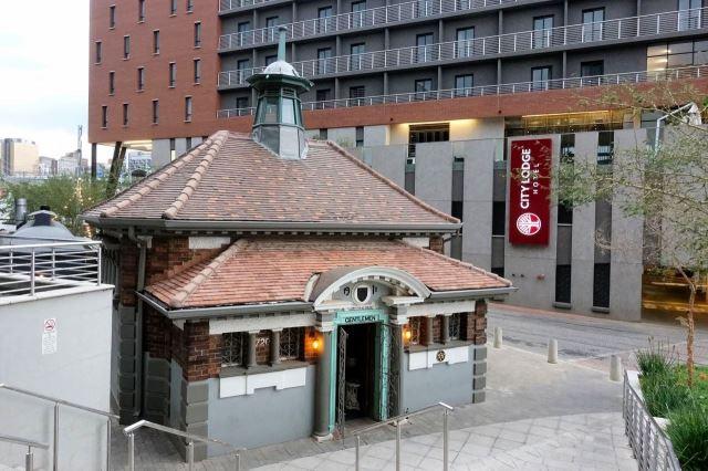[Johannesburg] Historická stavba původních pánských WC, za ní hotel City Lodge