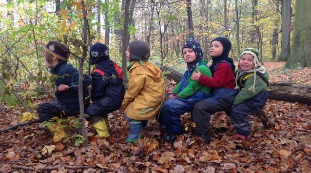 Lesní klub Hvězdy v lese běžně s dvouetými dětmi pracuje. Poznáte je na snímku?
