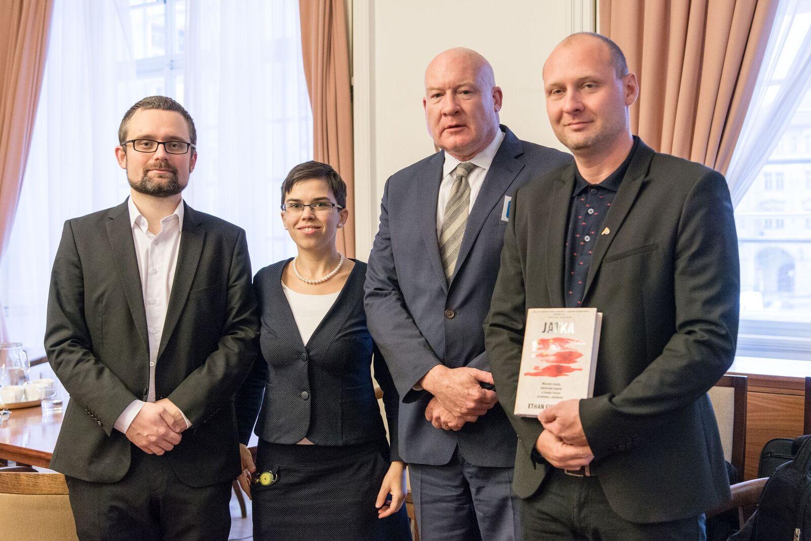 Setkání s novinářem E. Gutmannem v Poslaneckém klubu Pirátů před veřejným slyšením v Senátu. Foto Kristýna Svobodová.