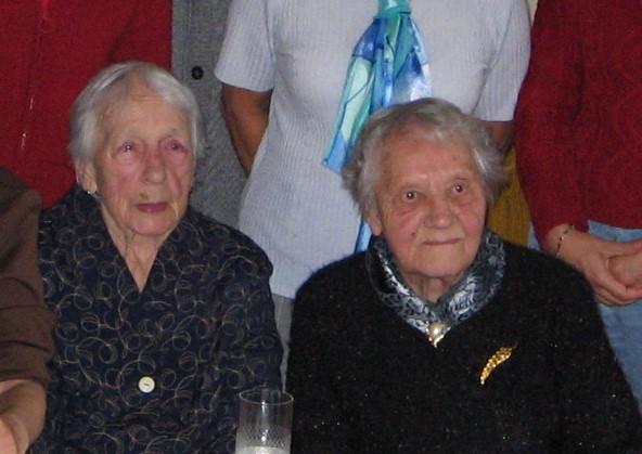Maminka (vpravo) s tetou Jitkou na oslavě svých devadesátin