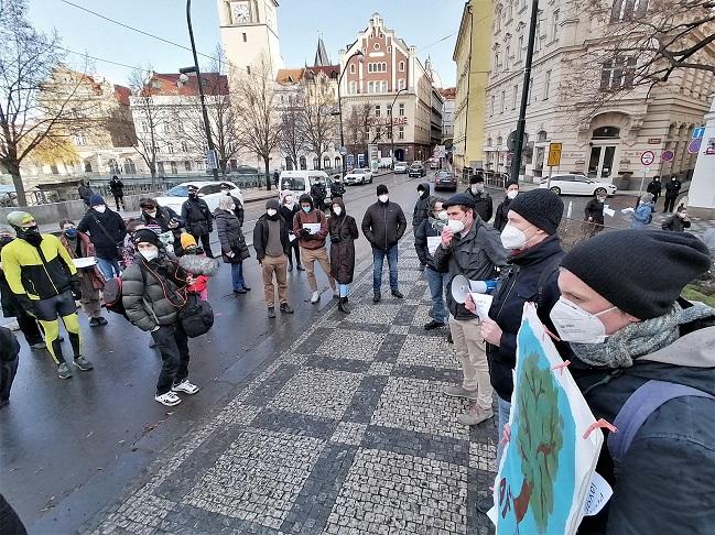 Demonstrace na záchranu javoru na Smetanově nábřeží, ráno 12. 3. 2021. Do megafonu mluví Vít Masare, vedle Pavel Čižinský a s plakátem Petr Kučera