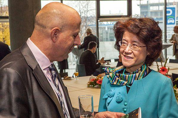 M. Balabán s čínskou velvyslankyní Ma Kche-čching na Pražské bezpečnostní konferenci r. 2015 (archiv PBK)