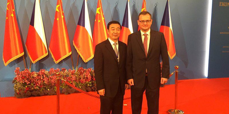 Petr Nečas s Čchiao Pao-pchingem z China Guodian Corporation