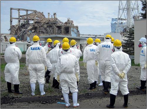 Pracovníci Mezinárodní agentury pro atomovou energii si v květnu 2011 prohlížejí trosky jaderné elektrárny Fukušima Dai-iči.